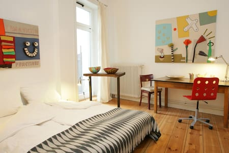Lovely room  with private terrace in artist-appartment in Ottensen. Share the art and inspiration. Make walks at the river Elbe. Go shopping or dining. It´s all around the corner.