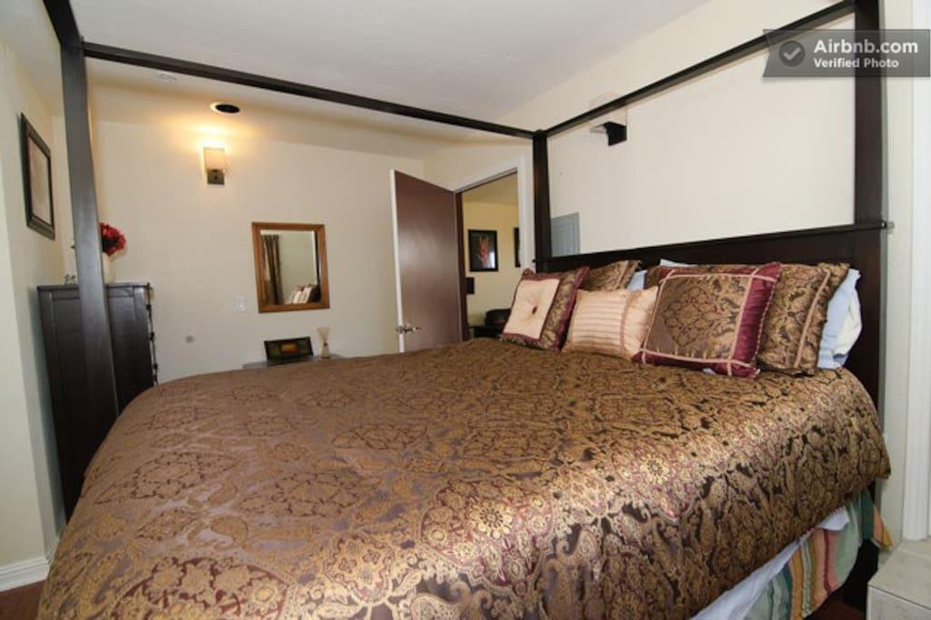 Fourposter bed in bedroom.