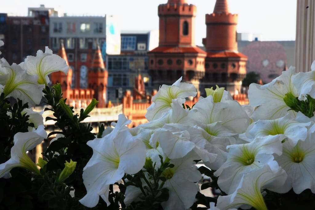 FREIRAUMWOHNUNG I : Der Ausblick vom Balkon auf die Oberbaumbrücke ist einzigartig