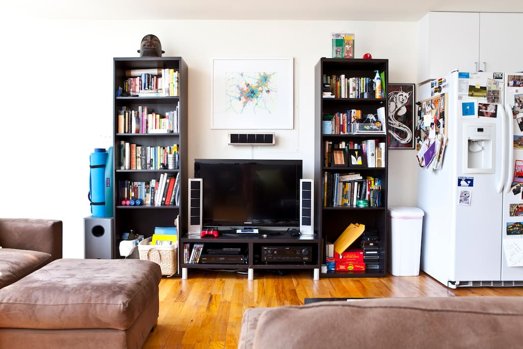 Entertainment section of living room w/ LOTS of books.