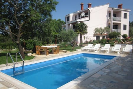 Studio apartment with pool Pula