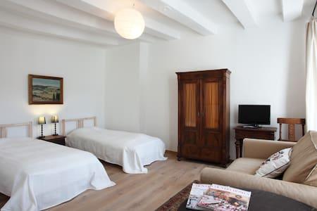 Sunny apartment in historic buildin - Apartment