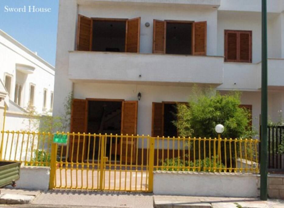 Entrata - fronte casa, con giardino e posto auto riservato