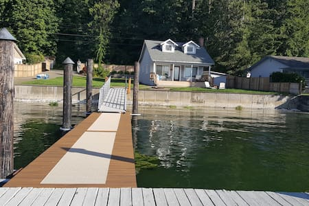 Waterfront Cabin on Hood Canal w\ dock & boat ramp - Kulübe