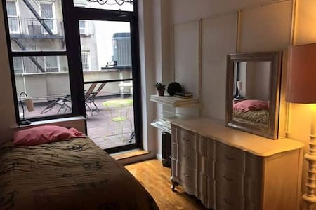 Comfy & convenient LES 2 bed w/ huge pvt terrace - New York
