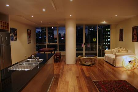 Welcome to your modern, spacious and elegant 2BR apartment in the heart of the CBD. Relax in your own urban escape overlooking Southgate, on the doorstep of Melbourne's cosmopolitan café, restaurant, bar, gallery, art, theatre and fashion hotspots.