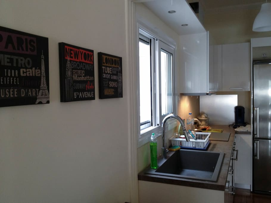 Another view of the kitchen...