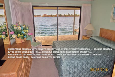 Waterfront bedroom and bathroom. - 一軒家