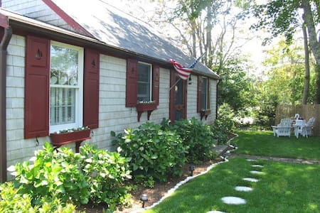 Chatham: Walk to Village! - Bed & Breakfast
