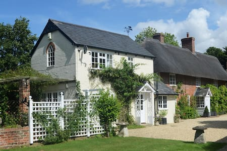 The Old Bakery cottage close to Stonehenge - Bed & Breakfast