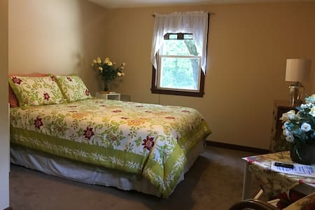 NICE ROOM, COMFORTABLE QUEEN BED, QUIET STREET. - Casa