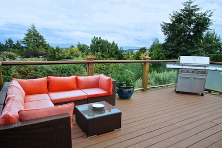 """Suite With a View"" with Large Deck & BBQ - Victoria - Casa"