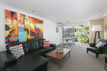 Located on the main retail and dining street of Ascot/Hamilton this large 2 bedroom apartment offers the convenience of living amongst shops, supermarkets, cafes, bars, restaurants and quick links to Southbank and City via ferry, train or bus.