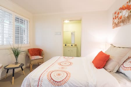 Self Contained  Flat with Wifi - Wooloowin - Apartment