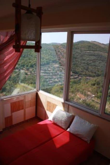комната номер 15 с панорамным остеклением и небольшой кухней