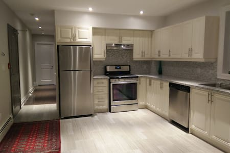 Beautiful Modern Masterbedr in Little Italy for 3 - Toronto - Apartment