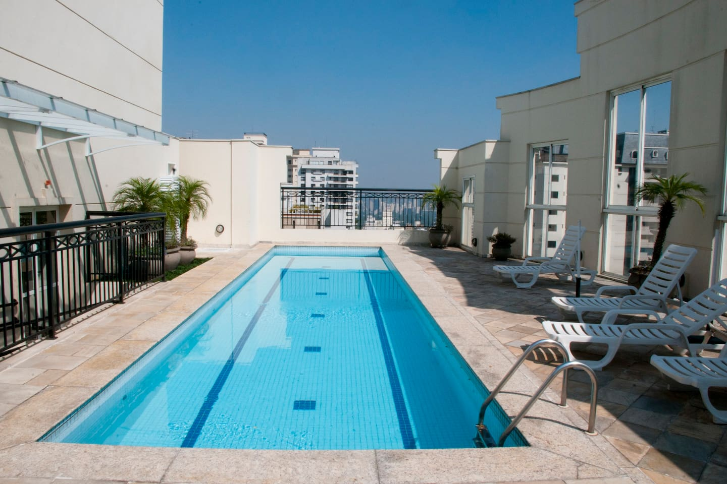 LUXURY APT BY PAULISTA AV. + JARDINS- Next to Paulista Ave on Jardins (Manhattan/ Soho) side.  Rooftop pool with breathtaking views.  Lightening ultra speedy 200 Mbps fiber optic internet wi-fi connection for business or personal use.