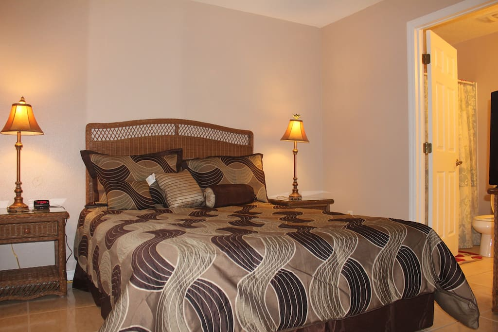 Downstair Master Ensuite with a Queen Bed