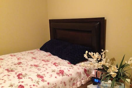cozy room , very clean ,it's close to airport. - Richland