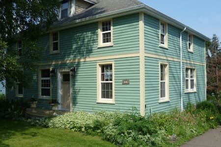 Room in historic home/pvt bath. - Sackville - House