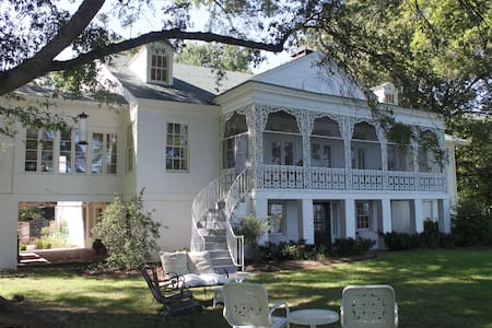 Historic Lakefront Mansion 32 miles from Memphis - Hus
