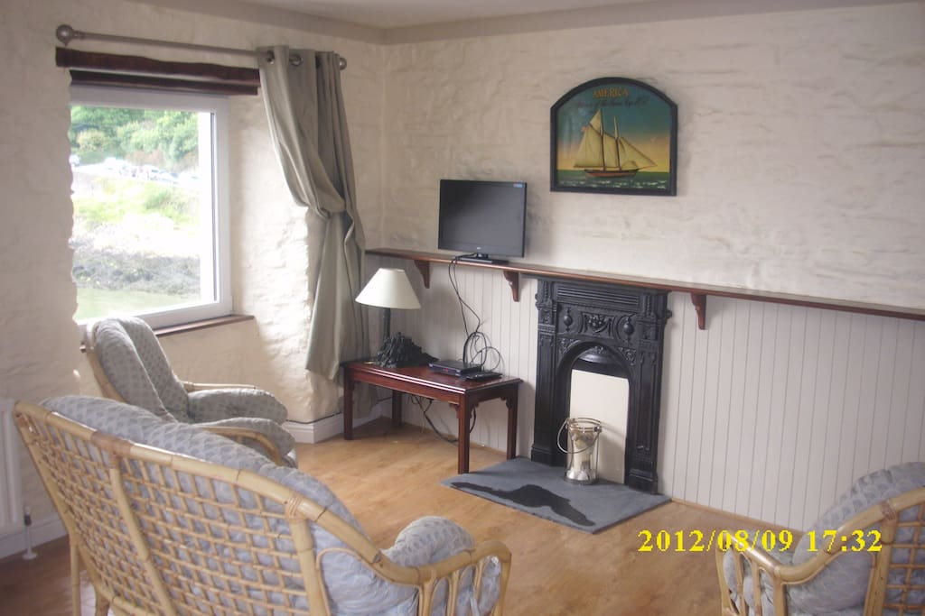 The comfortable living area with fireplace and sattelite tv