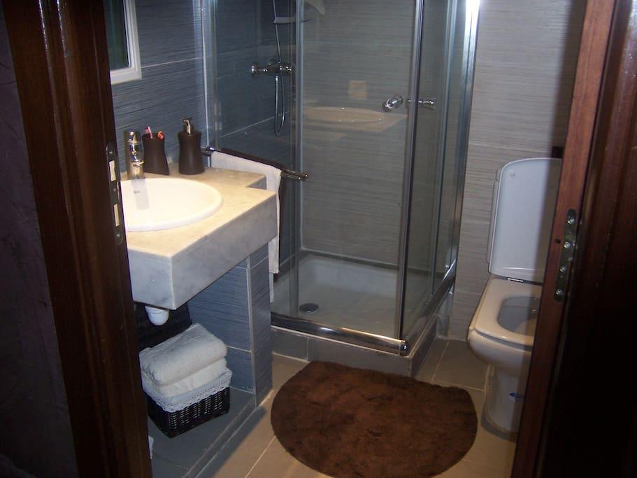 Gaste wc mit dusche grose raum und m beldesign inspiration for Gaste wc mit dusche