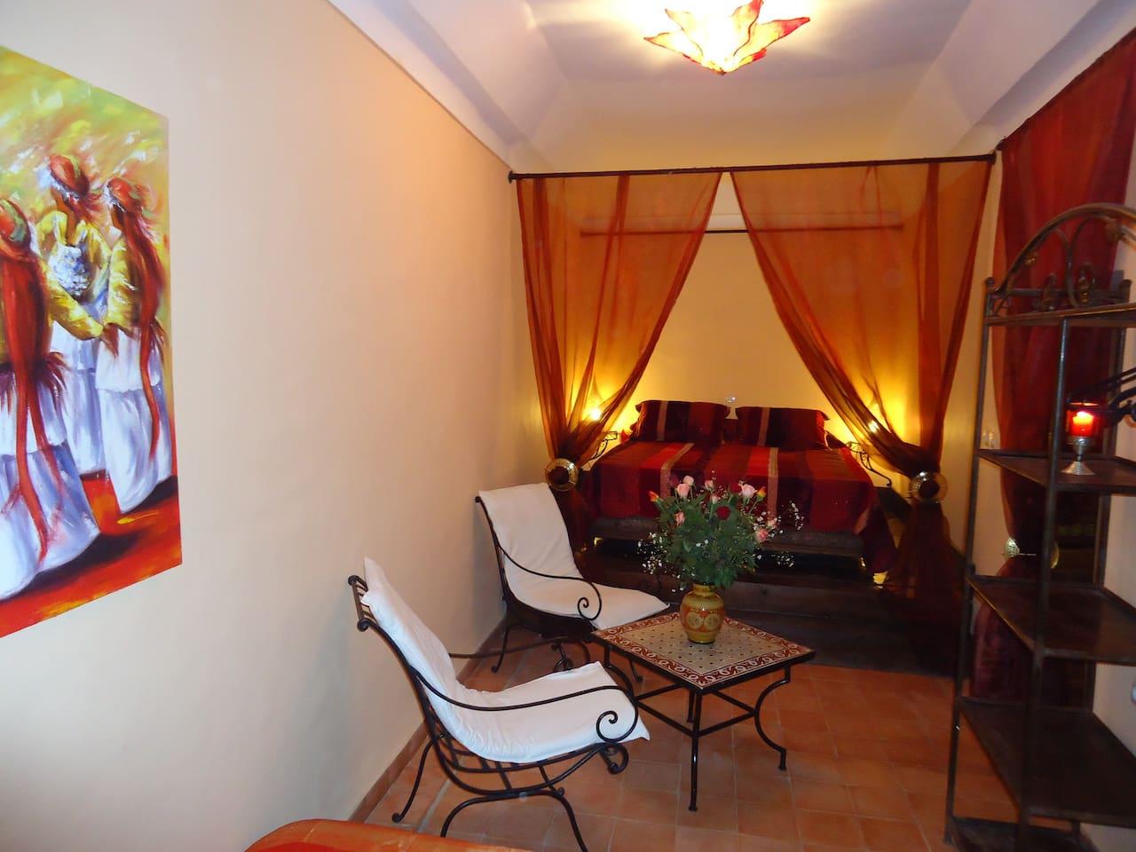 Cette chambre peut accueillir jusqu'à 3 personne, elle est équipée d'une douche et WC, frigo, coffre fort et climatisation.
