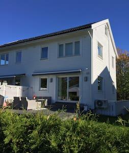 Koselig, ny kjellerleilighet med eget bad - Oslo