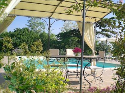 appartamento con terrazza e piscina - Huoneisto