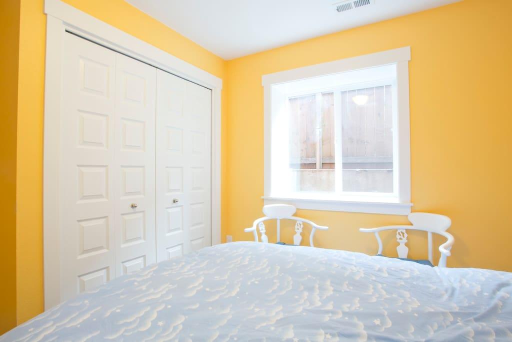 Private yellow room in SE 4square