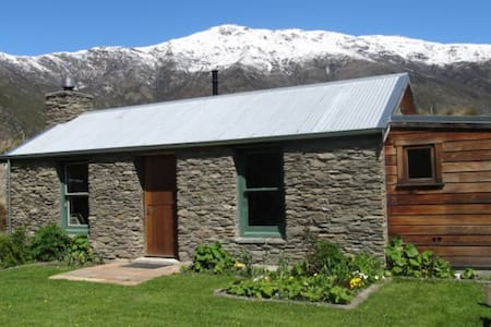 Historic Warbrick Stone Cottage - Gibbston