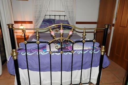 Twilight Grove Farm Bed & Breakfast - Peacock Room - Aamiaismajoitus