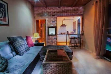 Cosy 2BR Cottage nr Airport - Dom