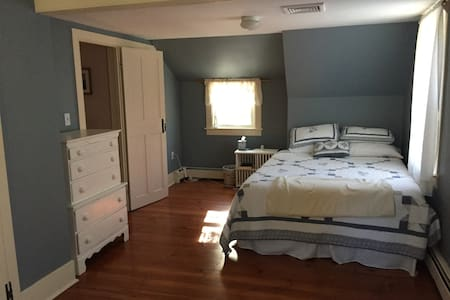Historic 1753 Colonial Near Beach - 1 private room - Kingston - House