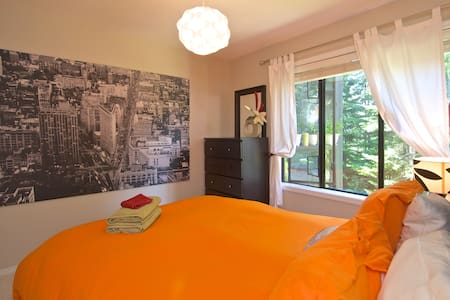Walk to town, rooftop hotub, free shuttle & prkg. - Whistler - Lejlighed