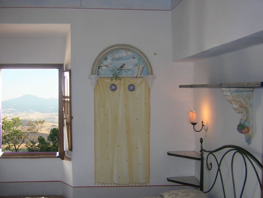 Camera da letto con vista sulla Val d'Orcia