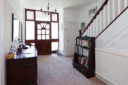 New attic space/single & Dble room - Salford - Loft