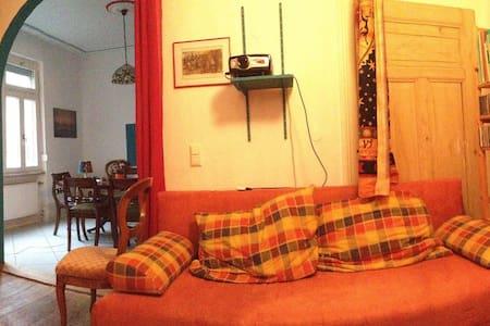 Großzügiges Zimmer in einer 3-Zi-Whg mit Balkon! - Apartment