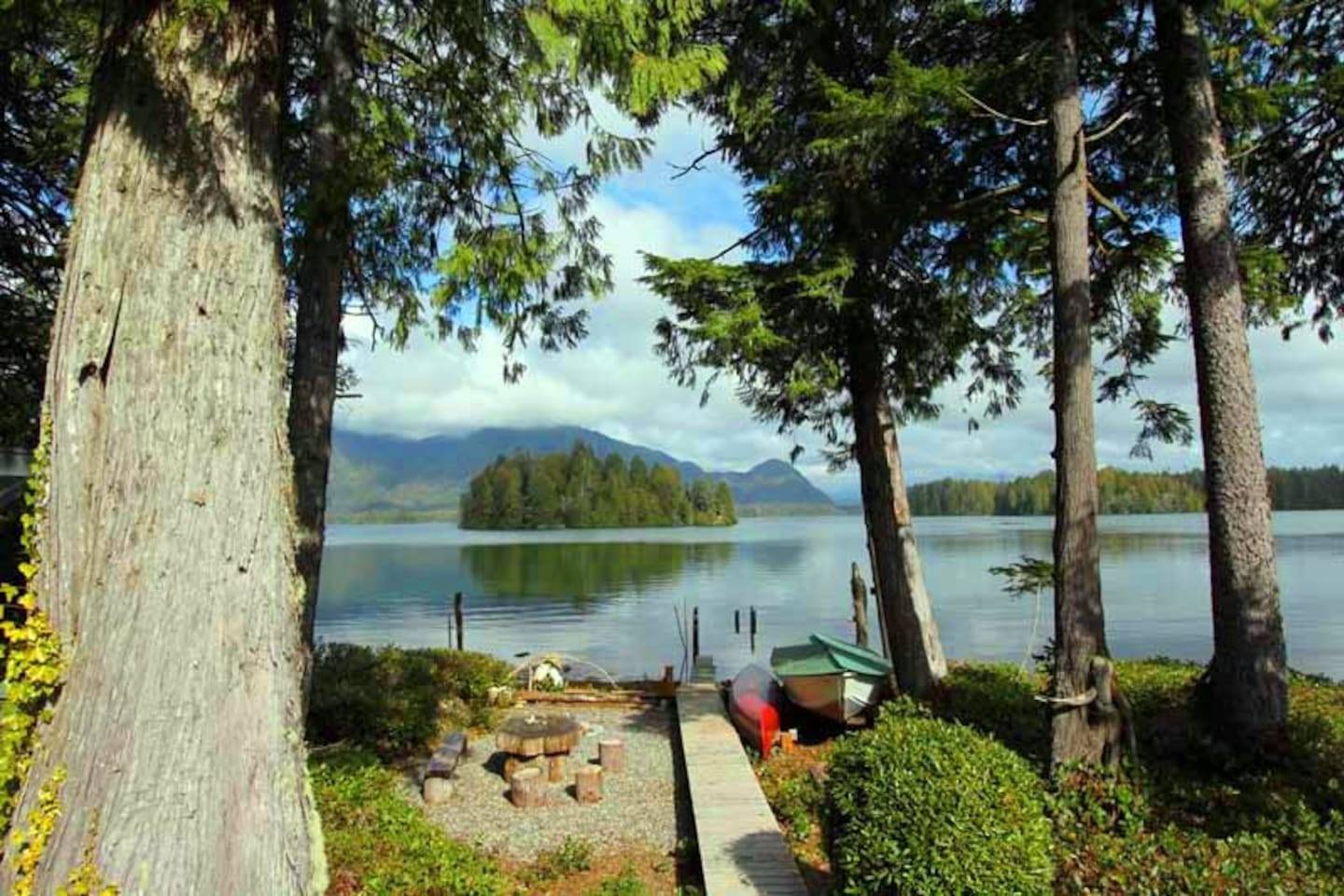 Sink into the stunning views from Cedarwood Cove deck, Tofino Ocean Inlet waters and the surrounding majestic mountains will rejuvenate and awaken your senses back to nature.