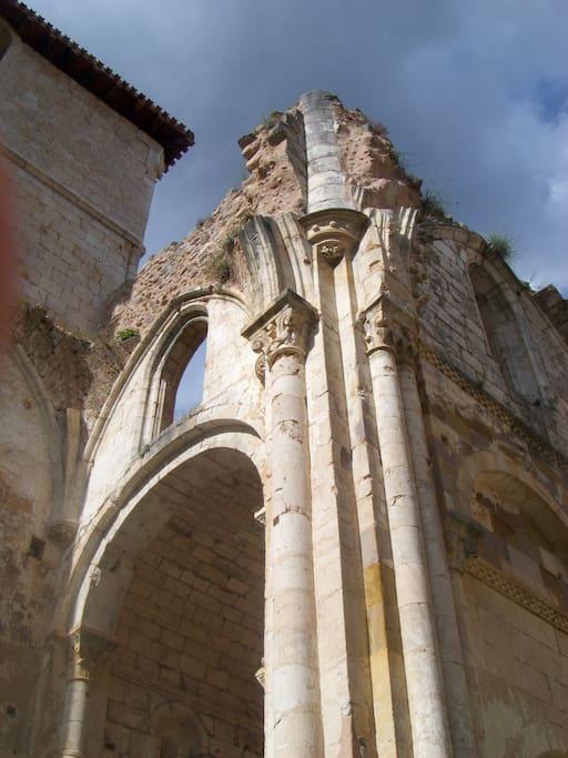 El Monasterio de San Pedro de Arlanza, con 1.100 años de historia, es una de las joyas a visitar