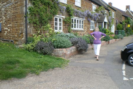 Ensuites in trad English village - Moreton Pinkney