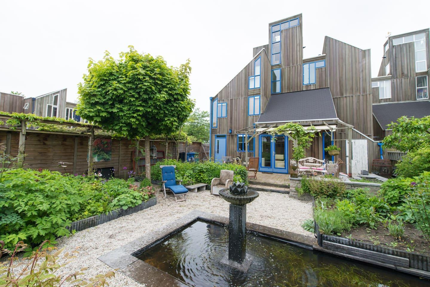 In deze karakteristieke houten woning logeert u !