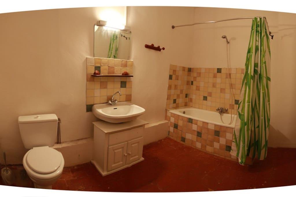 Une grande salle de bains