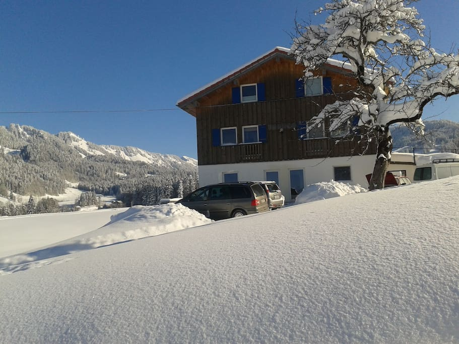 Beautiful winterday with front of Fuzzi Flyers Lodge