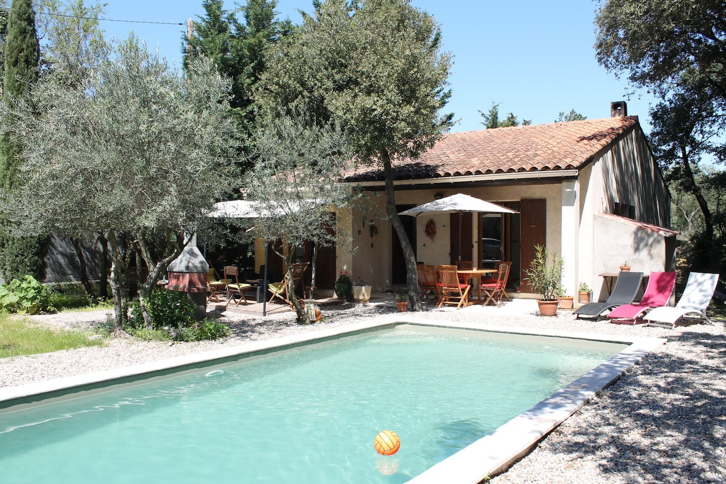 Villa with pool near Avignon