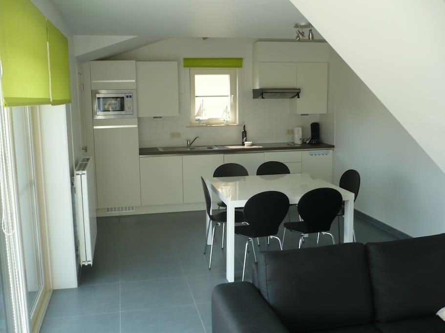 Open keuken met moderne apparatuur.