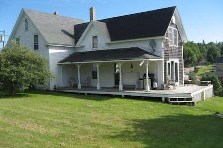 Charming Farmhouse, Brooksville, ME - Talo