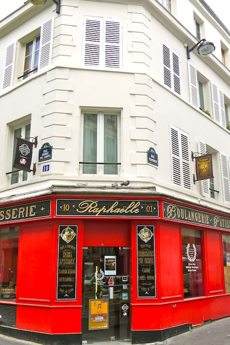Prize-winning bakery at the foot of the building Amelie Poulain style