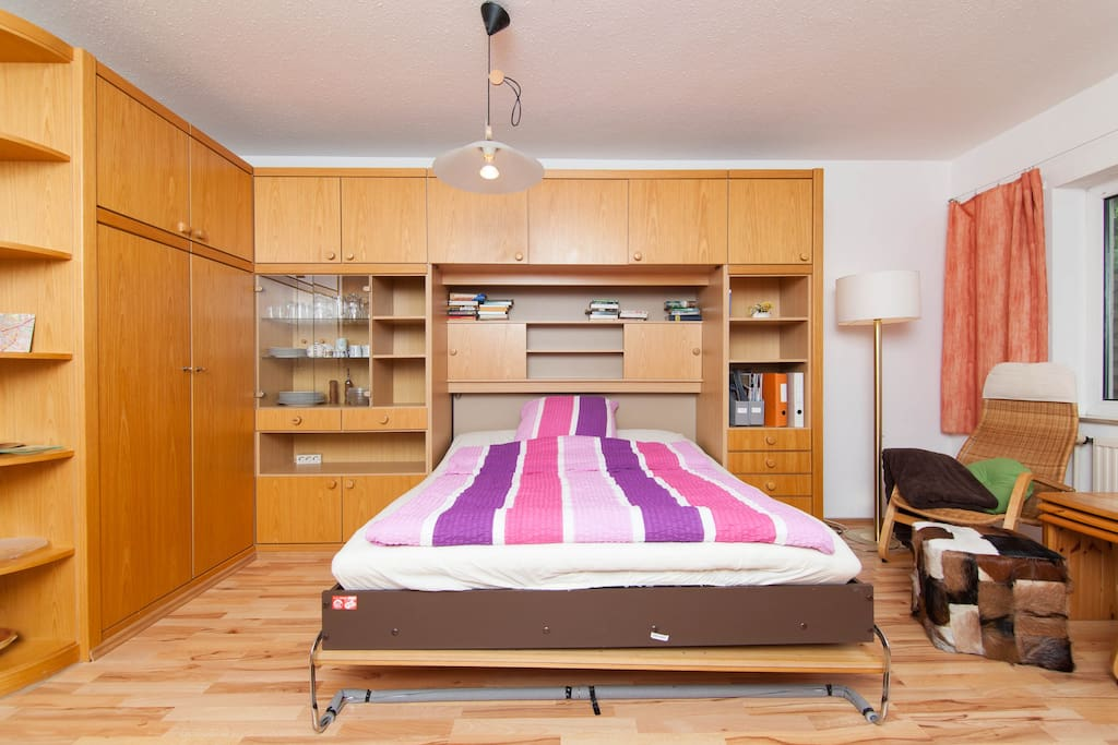 Schrankbett 2 m x 1,60 m Liegefläche und 7 cm dicke Auflage für komforables Schlafen